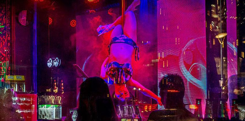 Strippers são contratadas para funerais na China