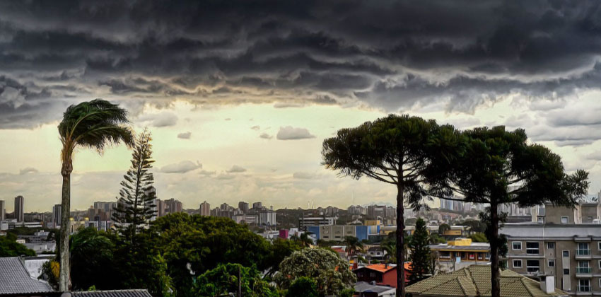 Tempestade causa estragos em Curitiba